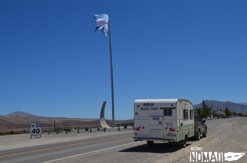 Monumento por la mitad de la Ruta 40 en Chos Malal, rutas patagónicas