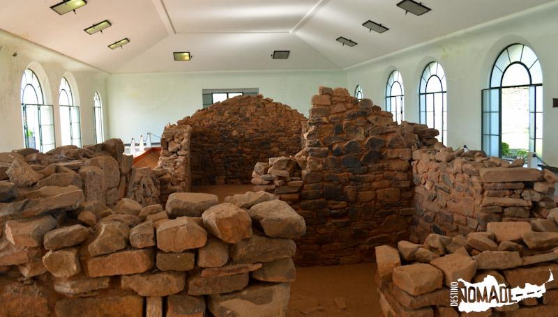 La casa natal de José de San Martín, de origen jesuítico, está protegida por un templete en Yapeyú.